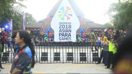 Menko PMK Puan Maharani menunggu datangnya lentera Asian Para Games 2018 di depan Balai Kota.