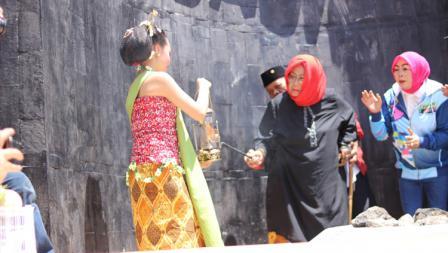 Proses pengambilan api abadi di Mrapen.