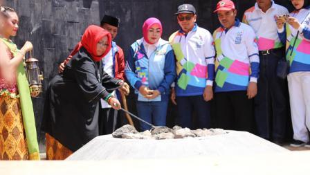 Proses penyulutan api abadi di Mrapen, Grobogan, Jawa Tengah.