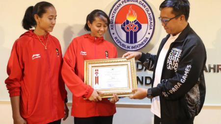 Atlet Sepak Takraw Indonesia, Lena dan Len bersama Menpora Imam Nahrawi. - INDOSPORT