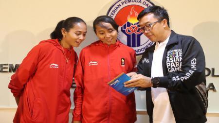 Atlet Sepak Takraw Indonesia, Lena dan Leni bersama Menpora Imam Nahrawi. - INDOSPORT