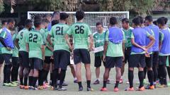 Indosport - Djajang Nurdjaman saat memimpin latihan Persebaya di Lapangan Karanggayam.