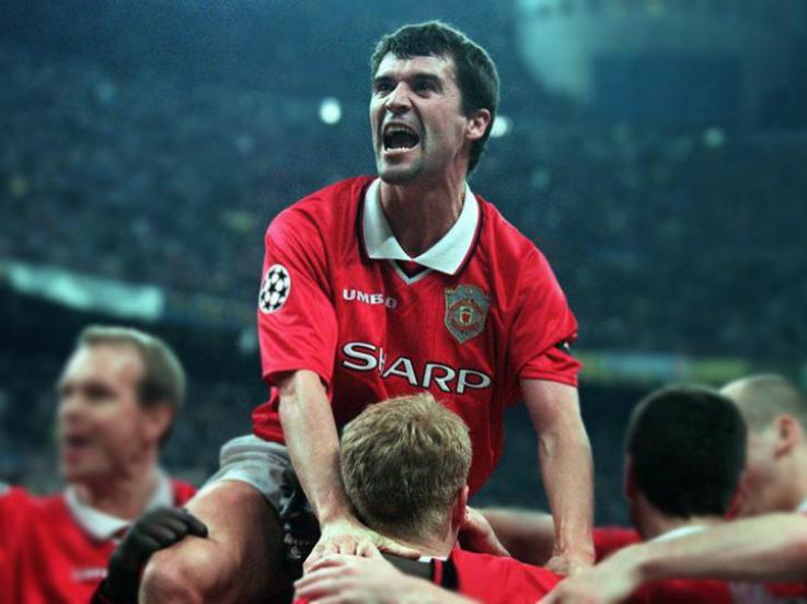 Roy Keane saat melakukan selebrasi bersama para pemain Mannchester United. Copyright: Getty Images