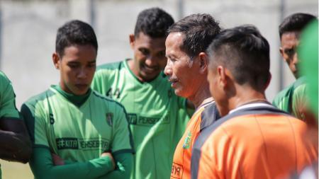 Djajang Nurjaman mulai pimpin penuh latihan tim Persebaya Surabaya. - INDOSPORT