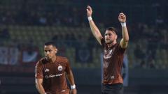 Indosport - Marco Simic melakukan pemanasan jelang laga Persija vs Selangor FA