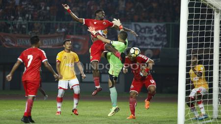 Osas Saha saat berduel dengan kiper Selangor FA. - INDOSPORT