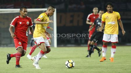Evan Dimas saat melindungi bola dari rebutan Ramdani. - INDOSPORT