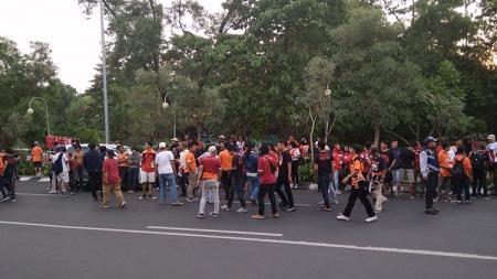 The Jakmania saat ingin menonton Persija di Stadion Patriot, Bekasi. - INDOSPORT