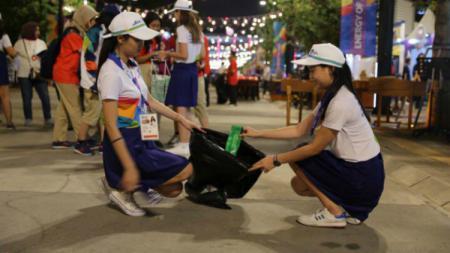 Relawan cantik masih rajin mengumpulkan sampah hingga malam di arena Asian Games 2018 beberapa waktu lalu. - INDOSPORT