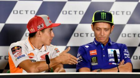 Valentino Rossi menolak jabatan tangan Marc Marquez. - INDOSPORT
