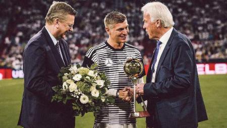 Toni Kroos Menerima Penghargaan Pemain Terbaik Jerman 2018 - INDOSPORT