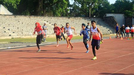 Atlet-atlet para-atletik Indonesia berlatih jelang Asian Para Games 2018. - INDOSPORT