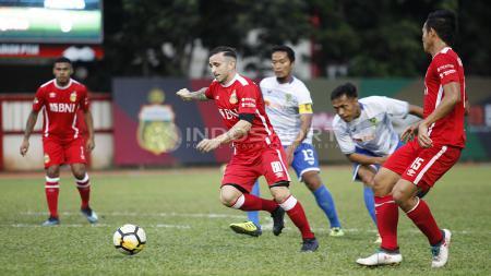 Pemain Bhayangkara FC, Paulo Sergio mencoba melewati beberapa pemain Persikota. - INDOSPORT