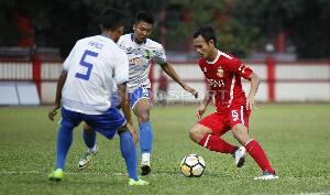 Pemain Bhayangkara FC, Maldini Pali (kanan) mencoba melewati dua pemain Persikota. Copyright: INDOSPORT/Herry Ibrahim