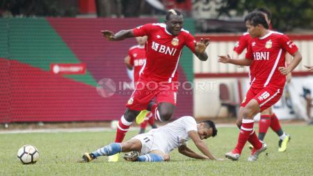 Penyerang Bhayangkara FC, Herman Dzumafo (kiri) dihadang pergerakannya oleh pemain PSPS. - INDOSPORT