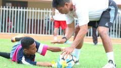 Indosport - Pelatih Kiper Persipura, Alan Haviludin saat mendampingi kiper Persipura Junior berlatih  di Stadion Mandala.