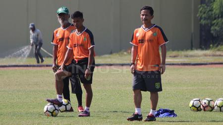 Djadjang Nurdjaman memimpin latihan Persebaya di Lapangan Jenggolo, Sidoarjo. - INDOSPORT