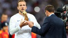 Indosport - Harry Kane saat pamerkan penghargaan sepatu emas.