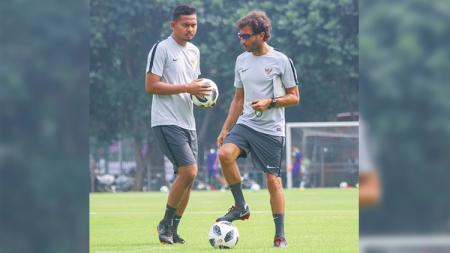 Bayu Eka Sari Teguh (Bang Bes) dan Luis Milla saat masih melatih Timnas Indonesia. - INDOSPORT