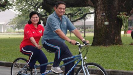 Susilo Bambang Yudhoyono dan Ani Yudhoyono bersepeda. - INDOSPORT