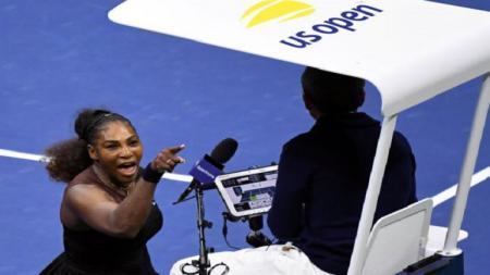 Serena Williams diberi hukuman denda senilai ratusan juta setelah melakukan protes keras ke wasit. - INDOSPORT