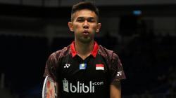 Bintang bulutangkis kebanggaan Indonesia, Fajar Alfian, memamerkan jersey klub sepak bola Liga 1, Persib Bandung, usai bertemu dengan idolanya, Zaenal Arief.