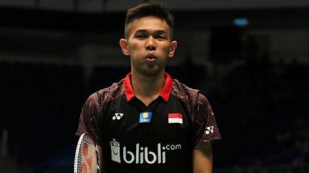 Jersey klub Liga 1, Bali United baru saja dirilis, pebulutangkis Fajar Alfian turut menjajal kaos yang didominasi warna putih tersebut. - INDOSPORT