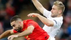 Indosport - Dani Carvajal dan Luke Shaw berbenturan saat pertandingan Spanyol vs Inggris, Sabtu (08/09/19).