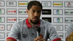 Indosport - Pemain PS TIRA, Abu Bakr saat konfrensi pers.