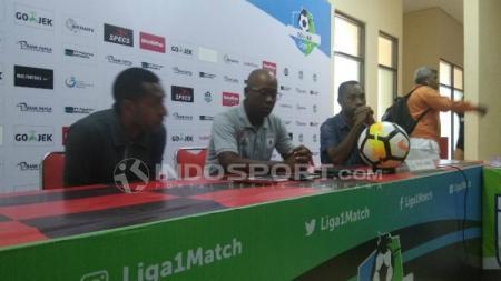 Pelatih Persipura, Amilton Silva de Olivera (tengah) saat memberikan keterangan pers. - INDOSPORT