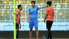 Indosport - Milan Petrovic dalam sesi latihan Arema FC.