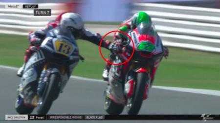 Aksi Romano Fenati yang menarik rem tangan lawan di Moto2 - INDOSPORT