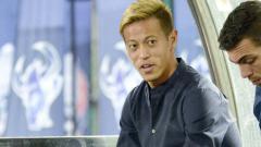 Indosport - Keisuke Honda saat memimpin skuat Kamboja di laga persahabatan melawan Malaysia.