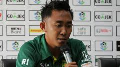 Indosport - Kapten Persebaya Rendi Irwan saat konfrensi pers.