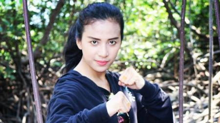 Pesilat cantik Indonesia, Chintya Candranaya kembali memamerkan skill bela diri yang digelutinya untuk menghancurkan durian dengan sekali pukul - INDOSPORT