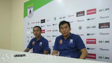 Pelatih Sriwijaya FC, Subangkit bersama salah satu pemainnya, Roby Andika - INDOSPORT