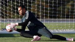 Indosport - Keylor Navas Menggenakan Sarung Tangan dan Sepatu Bewarna Pink Saat Latihan Bersama Real Madrid