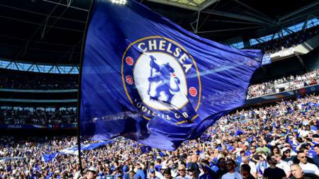 Pendukung Chelsea mengibarkan bendera berlogo klub. - INDOSPORT