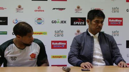 Pelatih PS TIRA, Nil Maizar (kanan), saat konfrensi pers. - INDOSPORT