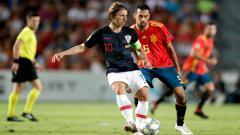 Indosport - Luka Modric (kiri) sedang menguasai bola dalam pertandingan melawan Spanyol.