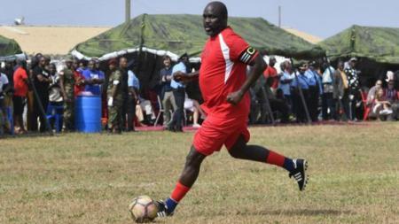Presiden Liberia, George Weah, tampil dalam laga persahabatan. - INDOSPORT