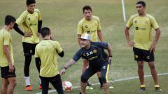 Indosport - Diego Maradona saat memimpin latihan di klub barunya.