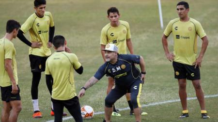 Diego Maradona saat memimpin latihan di klub barunya. - INDOSPORT