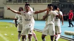 Indosport - Sandi Sute (kiri) merayakan gol yang dicetak Novri Setiawan.
