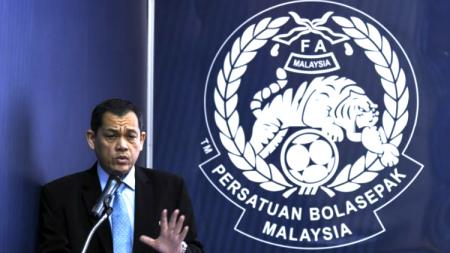 Presiden Federasi Sepak Bola Malaysia (FAM), Hamidin Mohd Amin saat konferensi pers. - INDOSPORT