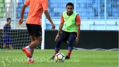 Indosport - Agil Munawar saat latihan bersama skuat Arema FC