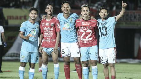 Para pemain Bali United dan Persela Lamongan tebar kemesraan setelah laga. - INDOSPORT