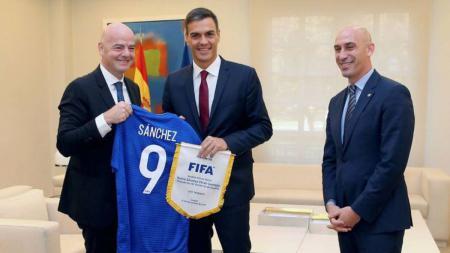 Perdana Menteri Spanyol, Pedro Sanchez dan Presiden RFEF Luis Rubiales bertemu dengan presiden FIFA, Gianni Infantino - INDOSPORT