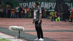 Indosport - Djanur memberikan instruksi kepada anak didiknya dari pinggir lapangan.