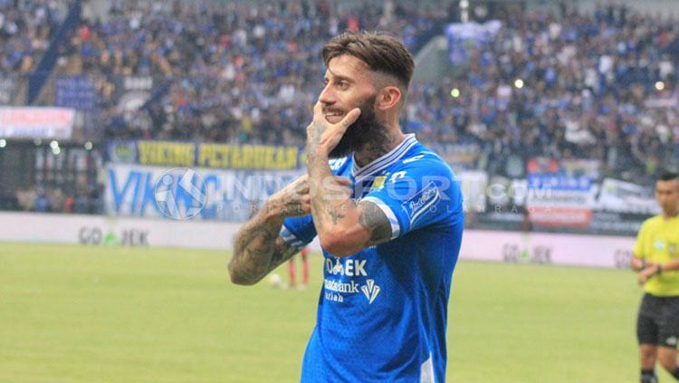 Bojan Malisic merayakan golnya ke gawang Arema FC. Copyright: Arif Rahman/INDOSPORT
